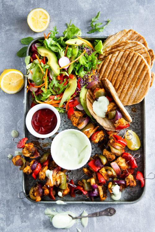 Grillowane placuszki z drobiowo-warzywnymi szaszłykami, majonezem wasabi oraz surówką